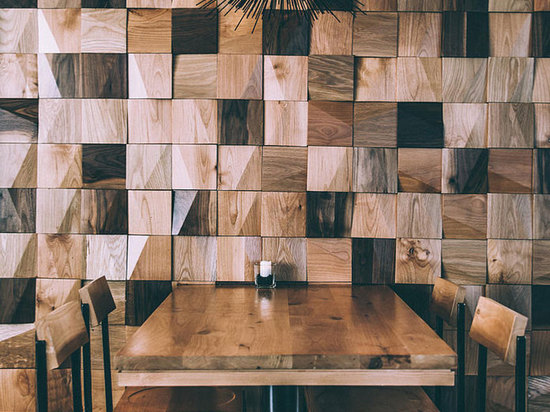 los bloques mezclados de la madera que compone un lado de la pared dan calor
