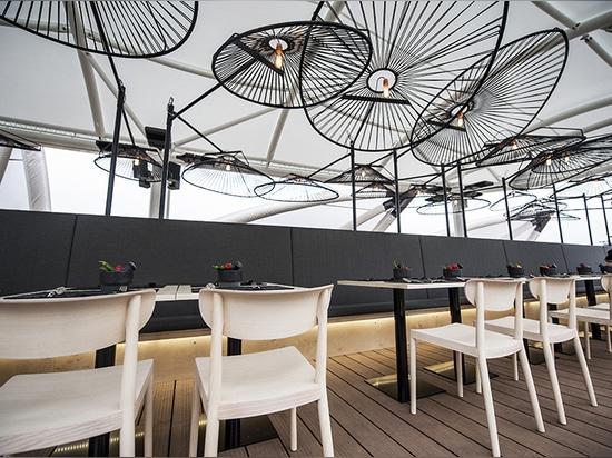 los elementos del diseño del restaurante son simples para que la instalación de la lámpara sean el punto culminante