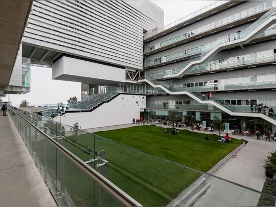 los edificios interconectados se organizan alrededor de un espacio del verde de 2.000 metros cuadrados
