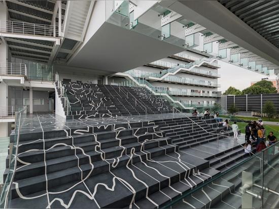 una escalera externa monumental ha sido diseñada por el hendrix holandés-nato de enero del artista