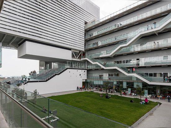 Cuando sus fundadores vieron que Centro pasaba su campus, comisionaron a Enrique Norten y DIEZ Arquitectos construir sobre un sitio de 5.600 sq m en Avenida de los Constituyentes