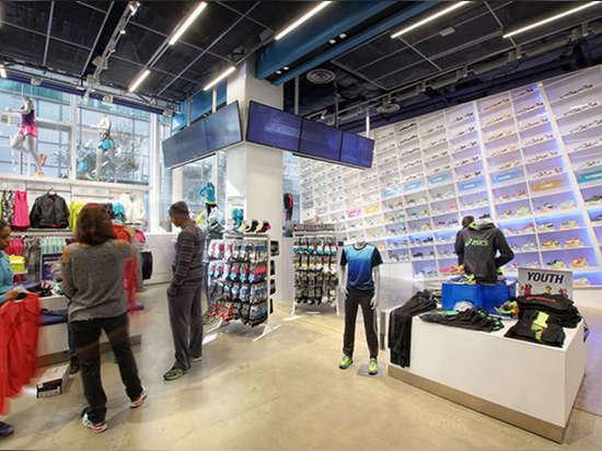 El bamboleo de Rodgers terminó el millwork de encargo para las exhibiciones y la pared masiva del zapato; ¿la pared es puesta a contraluz por Philips? Contraluces de ColorFuse Powercore LED. Foto: ...