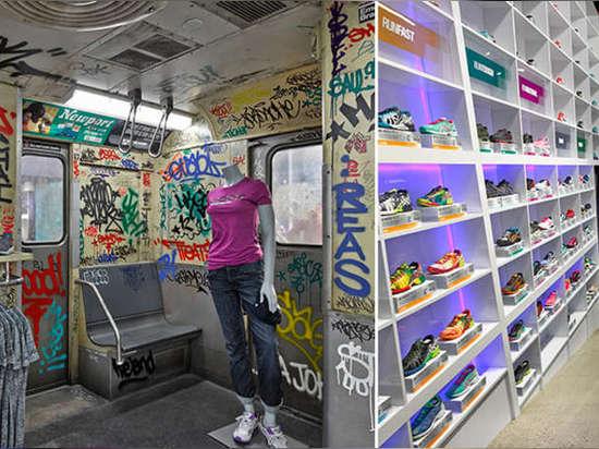 De izquierda: ¿Asics? los productos de la herencia se exhiben dentro del coche de subterráneo. ¿El almacén? ¿la gama de colores de s fue mantenida mínima para mostrar el espectro de Asics? ¿calzado...
