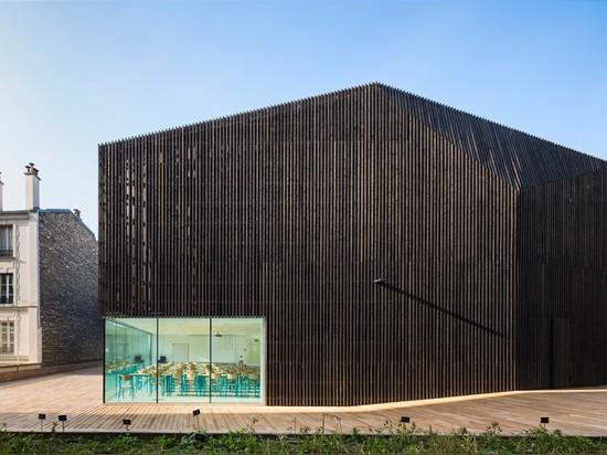 El granero urbano de AZC en París contiene dos auditorios de la universidad