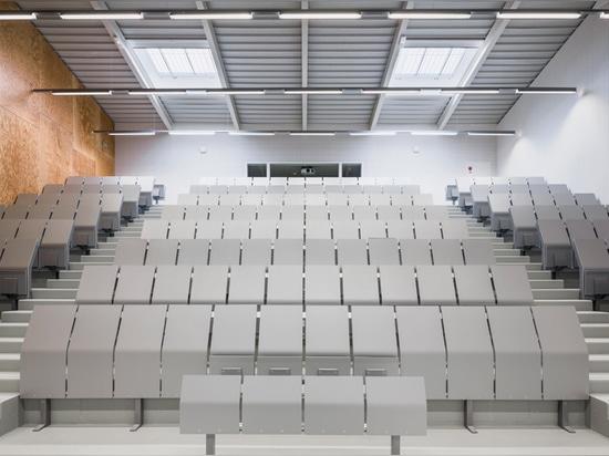 los pasillos de conferencia se encuentran en el nivel superior del plan