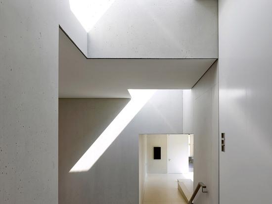 Pedro-Alain Dupraz contiene jardín de la infancia suizo dentro del cuarteto de bloques de cemento